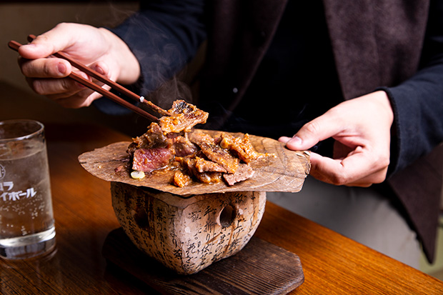 高山を代表する郷土料理の組み合わせ〈飛騨牛朴葉みそ焼肉〉。単純な足し算ではなく、旨みが絡み合い、深みもじっくりと。チリチリと音を立て漂ってくる、香ばしい香りがたまりません。1500円(税抜き)