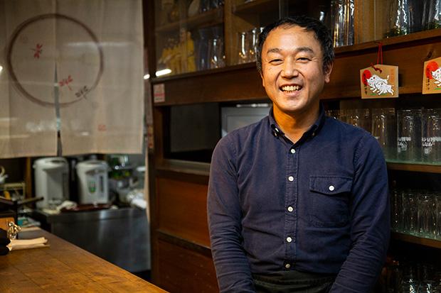 やわらかい笑顔でお客様を迎える加賀江さん。世界を訪ねるバックパッカーから、世界から訪れる人たちを迎え入れる仕事へ。