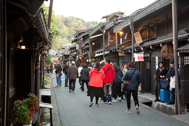 江戸時代の趣を残す昼のさんまち通り。外国人観光客も多く、平日にも関わらず賑わっています。