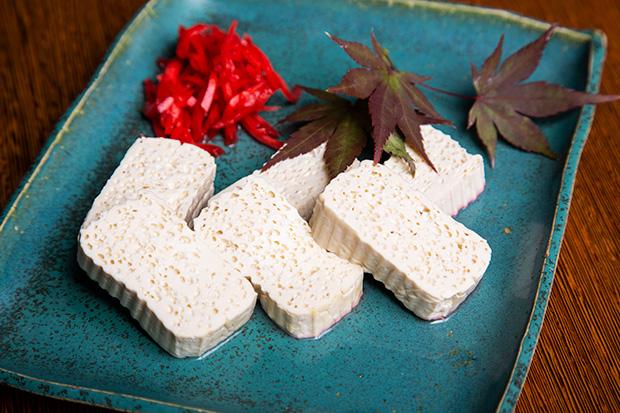 料亭のだし巻き玉子焼きにも見えるけれど、これが豆腐。高野豆腐ほど濃い出汁ではなく、素朴な風味も味わえます。400円(税抜き)