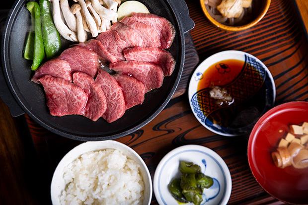 ひとり旅にうれしい定食は、昼夜問わず提供。定食なら飛騨牛も手軽にいただけます。〈飛騨牛陶板焼き定食〉2000円(税抜き)