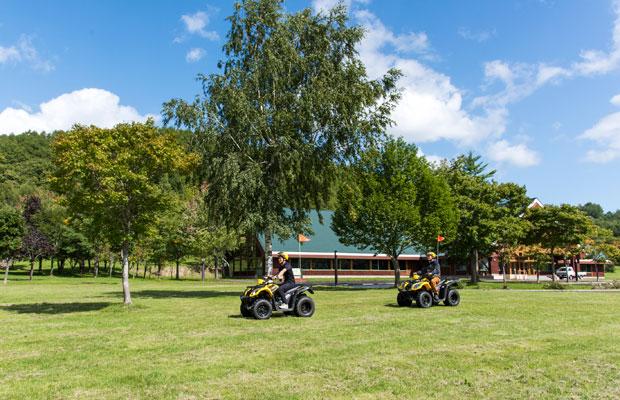 メープルロッジの敷地内を4輪バギーで走行。風を切って走るのが気持ちいい。