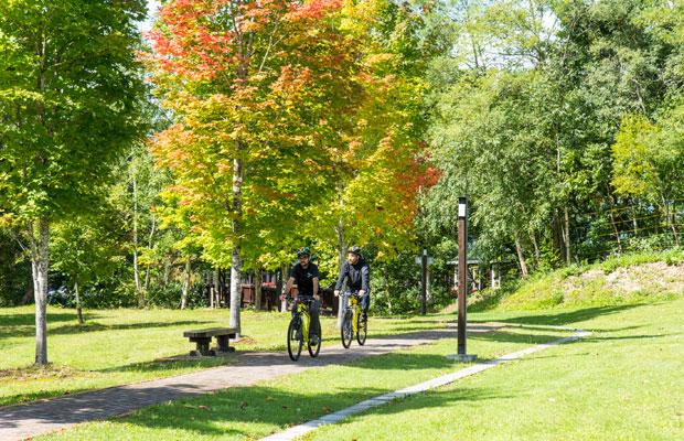 サイクリングは景色を楽しむだけでなく、地域のことを知ることができる機会にも。