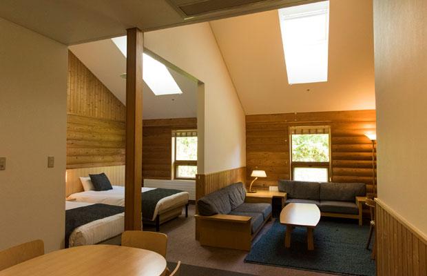 スイートルーム「ホワイトバーチ」は広々として家族で泊まるのに最適。4名利用で1名13550円~(税別)。