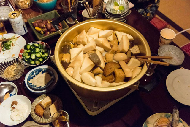 大きな鍋におでん種がいっぱい