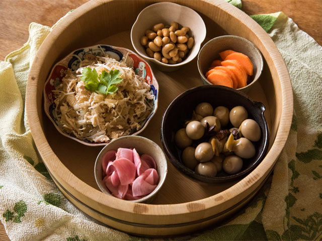 寿司桶に手料理をのせ風呂敷で包む