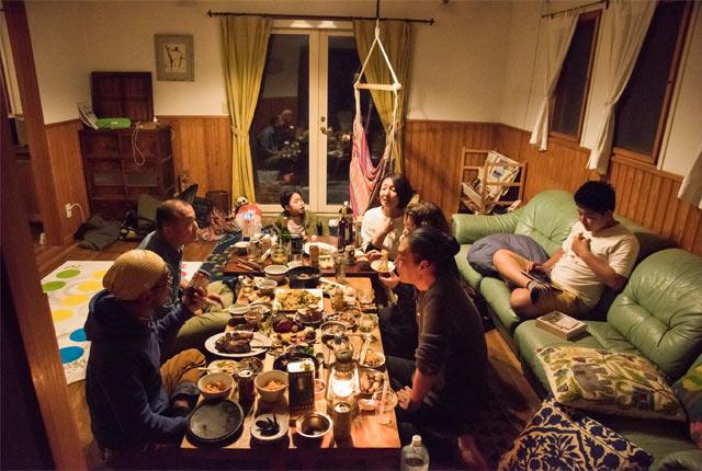 テーブルの上にはたくさんの料理が