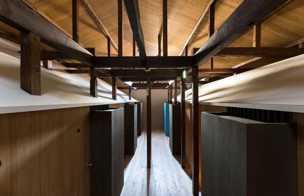 客室が並ぶ2階の廊下。(撮影:松村康平)