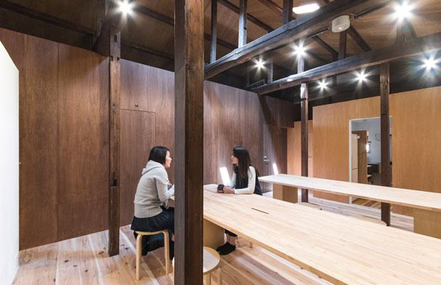 HANAREの2階にある共有ラウンジ。茶色の壁の中が各客室。(撮影:松村康平)
