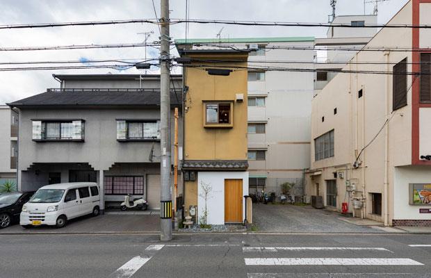 外観は、細長い建物のエントランスのみを改修。(撮影:松村康平)