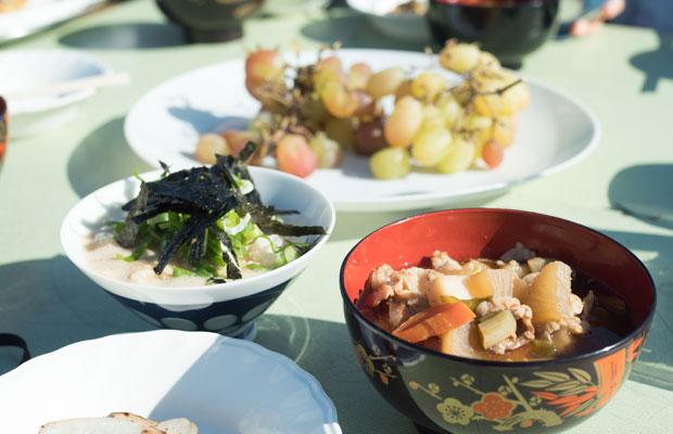 農園の方と参加者のみんなでつくった自然薯のとろろご飯と豚汁。おいしすぎる! を伝えたい。