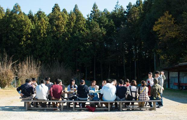 何もなかったところにテーブルを置いて、おいしいごはんが並び、人が集う風景。