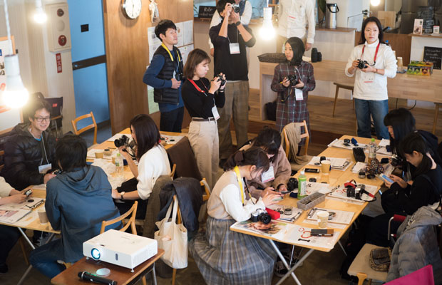 家具屋さんだったビルを改修したカフェ〈wagamama house(ワガママハウス)〉さんをお借りしてカメラ講座。