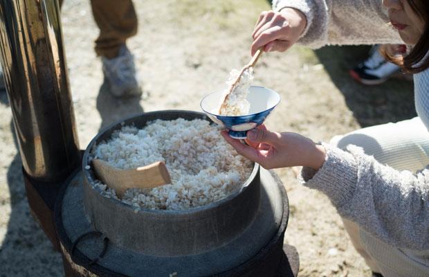 外で釜炊き麦ご飯。岡崎でもこんな風景があるんだなぁ。