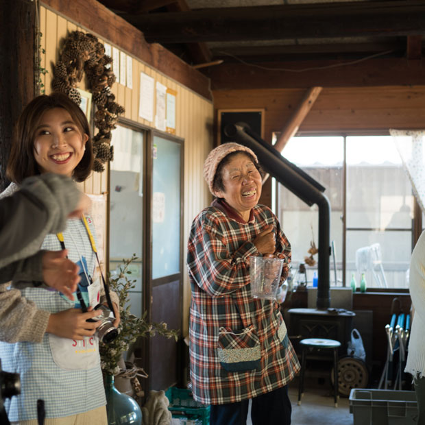 岡崎の里山にあるぶどう園〈マルタ園〉さんのお母さん。こっちまで笑顔になる笑顔。