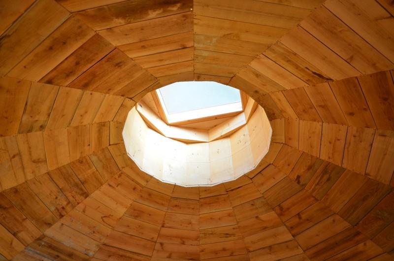 部屋の天井を採寸し、板を切るところまでは前坂さんが、倉科さんがインパクトドライバーを使って板を留めた。