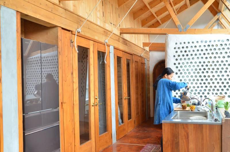 冷蔵庫も洗濯機も完備。都会での暮らしと変わらない快適性を維持している。