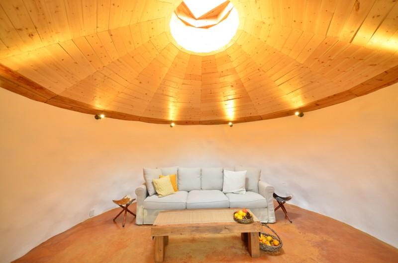 部屋の形は耐震にすぐれた円形になっている。漆喰で覆われた壁の奥は土を詰めた廃タイヤが積み重なる。