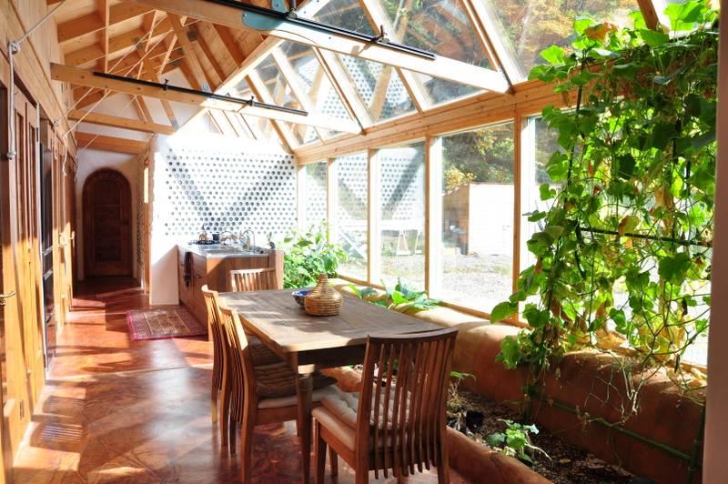 ガラス窓の下側は菜園。アボカド、いちじく、ズッキーニ、きゅうり、ハーブなどを植えている。太陽の光を浴び、生活排水の養分を吸収して育った野菜や果物を食べることで、ここで暮らす人も地球とこの家の循環に加わる。