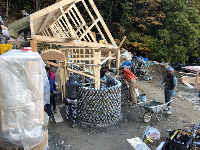 実際のワークショップ風景。インストラクターからレクチャーを受け、持ち場を分担し、一気に家が建てられていく。(写真提供:倉科智子)