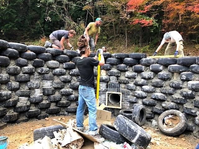 円形の部屋の壁。要所要所に鉄筋コンクリートの柱を設け、土をパンパンに詰めた廃タイヤを積み上げコンクリートを流して固める。(写真提供:倉科智子)