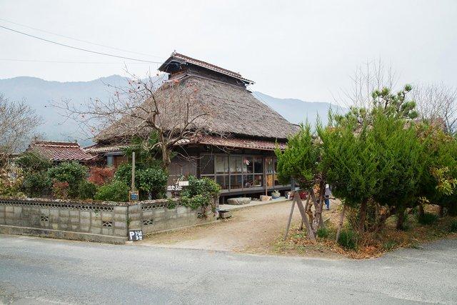 築約100年の茅葺き古民家を〈ほたる荘〉として活用している。