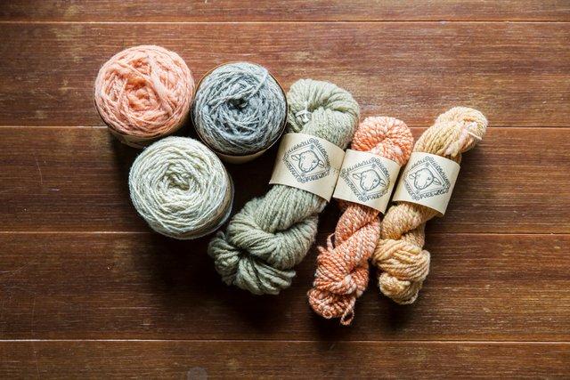 おばあちゃんたちがひとつひとつ手で紡いだ毛糸。
