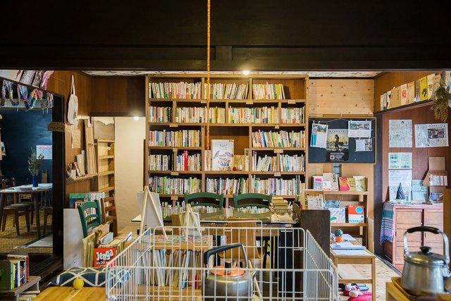 有名どころからコアなものまで、「経済・ビジネス」「科学」「社会・未来」などのジャンルで分けられている本棚。左奥のスペースには文豪たちの作品がずらりと並んでいた。