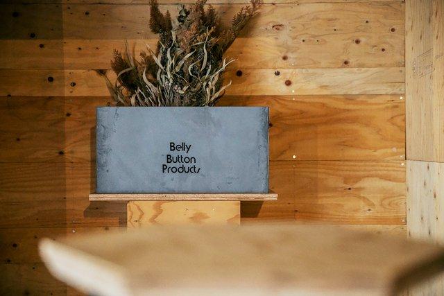〈Belly Button Products〉では、本田さんがアイデア担当、祐紀さんがプロダクト担当、襟香さんはふたりの総合的なサポートとしてそれぞれ役割を分担している。