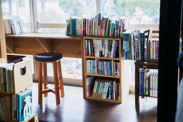 柔らかい光が差し込む窓際では気持ちよく読書できる。