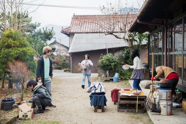 取材でうかがった水曜日の室長は彦坂智恵さん。「新しい学びの場づくり」をテーマに活動している。焼き芋がとてもおいしそうだった。