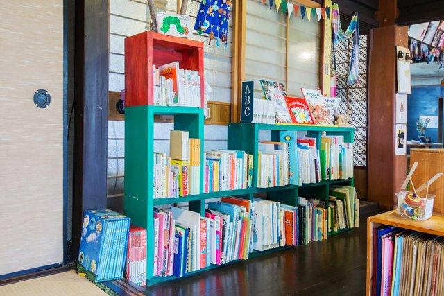 「はらぺこあおむし」風の本棚。