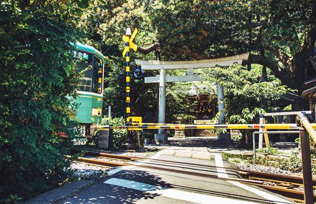 瀬能笛里子さんが営む〈てぬぐいカフェ 一花屋(いちげや)〉は、江ノ電が目の前を走る人気のフォトスポット「御霊神社」のすぐそばにある。