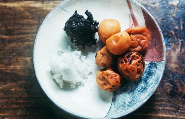 瀬能さんたちがつくっている自家製の塩や味噌、梅干しなどは、一花屋でも使われている。