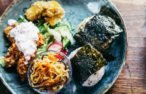 一花屋で提供される「おむすびのお昼ごはん」。食材にもこだわり、自家製の調味料や有機栽培の野菜などが使われている。