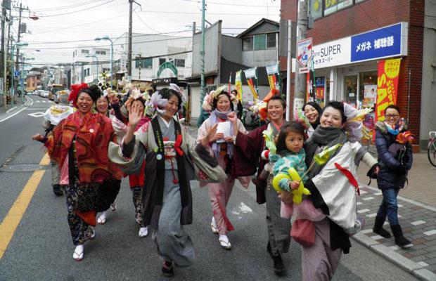 2011年に鎌倉で数回にわたって行われた〈イマジン原発のない未来〉のパレード。(写真提供:瀬能笛里子)