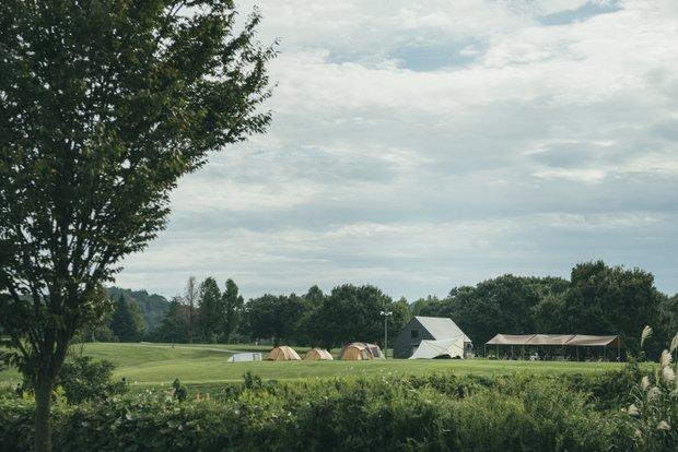 東京ドーム4つ分の広大な敷地を持つ〈スノーピーク〉本社。敷地内にはキャンプフィールドを備え、各種イベントや研修にも活用されている。