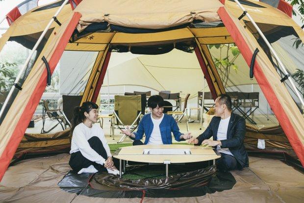 今回、共同取材を行った〈ジェイアール東日本企画〉の田邉敬詞さん(右)と引谷幹彦さん(中央)。山井梨沙さんを交え、オフィス内に設置されたテント内で鼎談を行った。