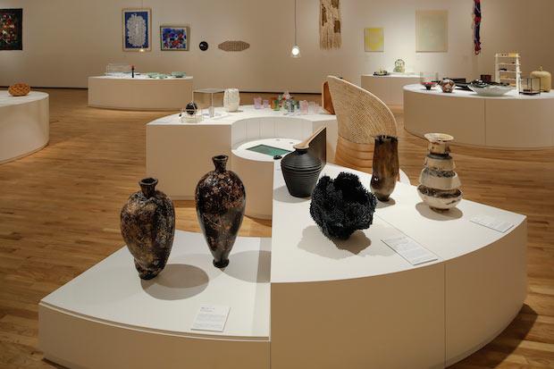前回開催された〈国際工芸アワードとやま〉の入選作品と、富山や北陸を代表する工芸作家の作品や審査委員のキュレーションによる作品を展示した〈ワールド工芸100選〉の様子。