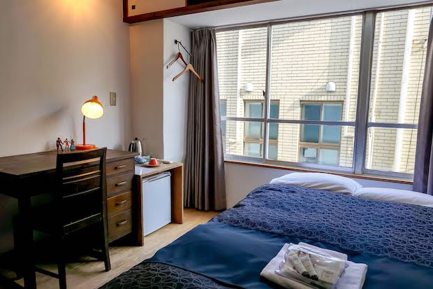 アンテークデスクが置かれたこの部屋は、作家が長期滞在しているかのような趣き。まるで太宰治や三島由紀夫などが熱海に滞在し、作品を書き上げた場所のような雰囲気が感じられます。