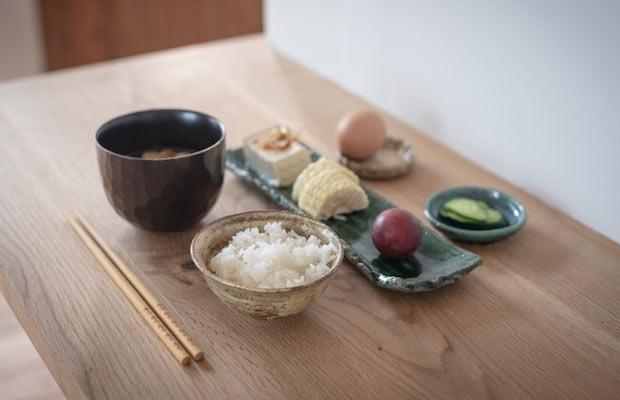 〈お米の朝ごはん〉。〈屯田味噌〉を使用してつくるグラノーラの朝ごはんもある。(撮影:鈴木裕矢)