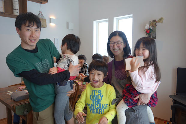 松本さんご一家。3人のお子さまと奥さまと。
