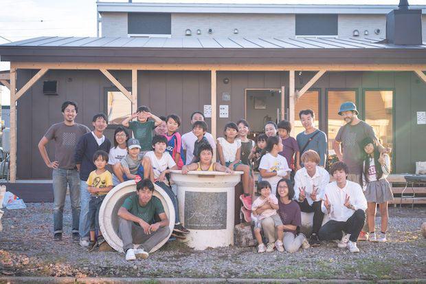 土管など敷地内の遊具は、近隣の子どもたちと一緒にペンキを塗ったり、廃材を利用してつくったもの。これを機に地域の人も集う場所に。(撮影:鈴木裕矢)