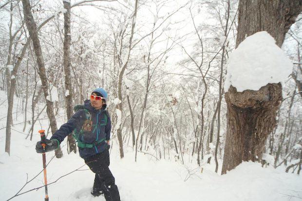 冬場自然のなかで体を動かしたい人におすすめしたいのはスノーシューやスノーハイク。写真の案内人は土地の資源を生かした遊びを生み出している当麻町の石黒康太郎さん。
