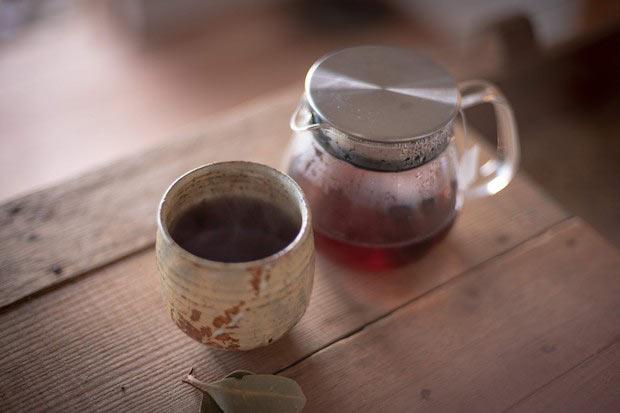 〈上森米穀店〉の〈くろこめ茶〉。湯呑みは工藤さん作。(撮影:鈴木裕矢)