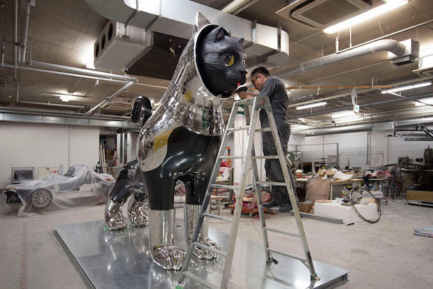 京都造形芸術大学 ウルトラファクトリーで制作するヤノベさん。(C) Kenji Yanobe / Photo: KENJI YANOBE Archive Project