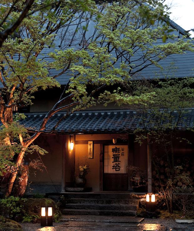 〈山荘無量塔〉は湯布院で人気のロールケーキ専門店〈B-SPEAK〉を手がけることでも知られる。