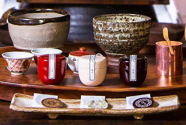 〈茶葉ショコラ〉単品は1620円(税込)。桐箱セットは5240円(税込)で「玉露」「朝露」「碾茶」各8枚入り。