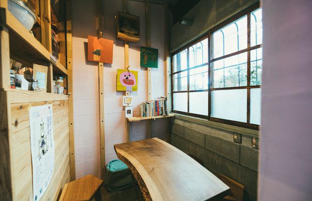 個室には、沼垂にある福祉事業所・NPO法人〈障がい者生活ステーション さんろーど〉で描かれた作品が。「すてきな絵とともに彼らの活動を伝えられたら」という思いから作品を紹介している。