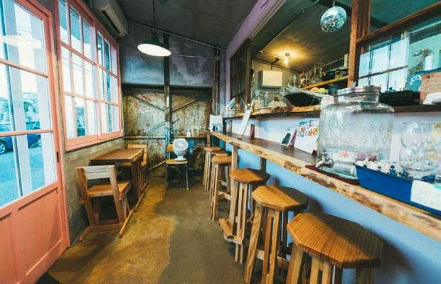 店内の椅子と一枚板を用いたテーブルは新潟県産の木材を用い、DIYで制作したもの。店舗デザインと家具の制作を手がけたのは〈デザインムジカ〉の安藤僚子さん。